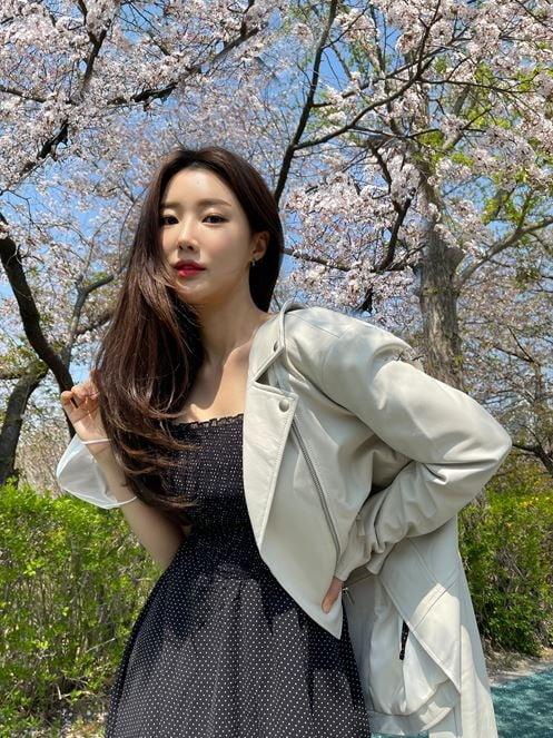 벚꽃 아래 황수빈 '청순미 가득한 169cm 19인치 여신 자태'[SNS★컷]