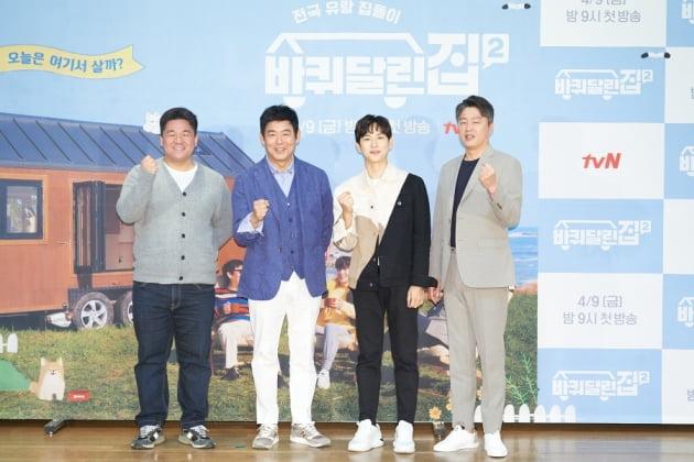 강궁 PD(왼쪽부터)와 배우 성동일, 임시완, 김희원이 9일 오후 온라인 생중계된 tvN 새 예능프로그램 '바퀴 달린 집2' 제작발표회에 참석했다. /사진제공=tvN