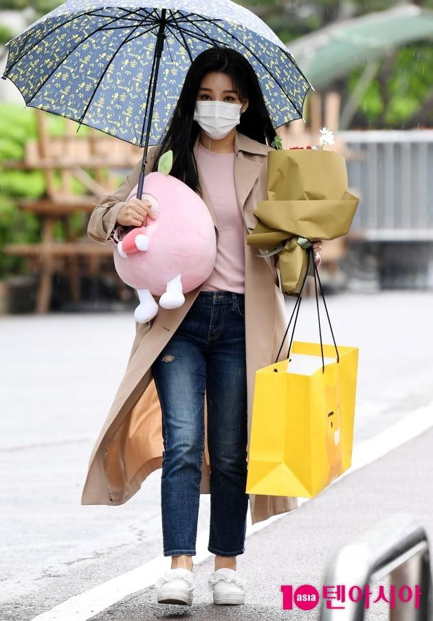 [TEN 포토] 신미래 '팬이 준 선물 한아름'