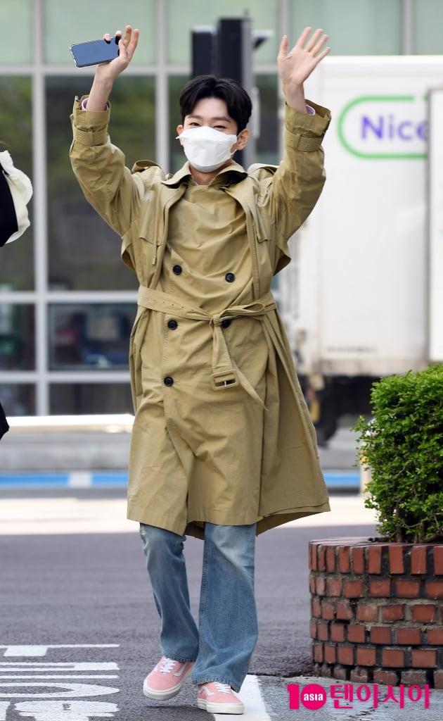 [TEN 포토] 김용빈 '흥이 넘치는 출근길'