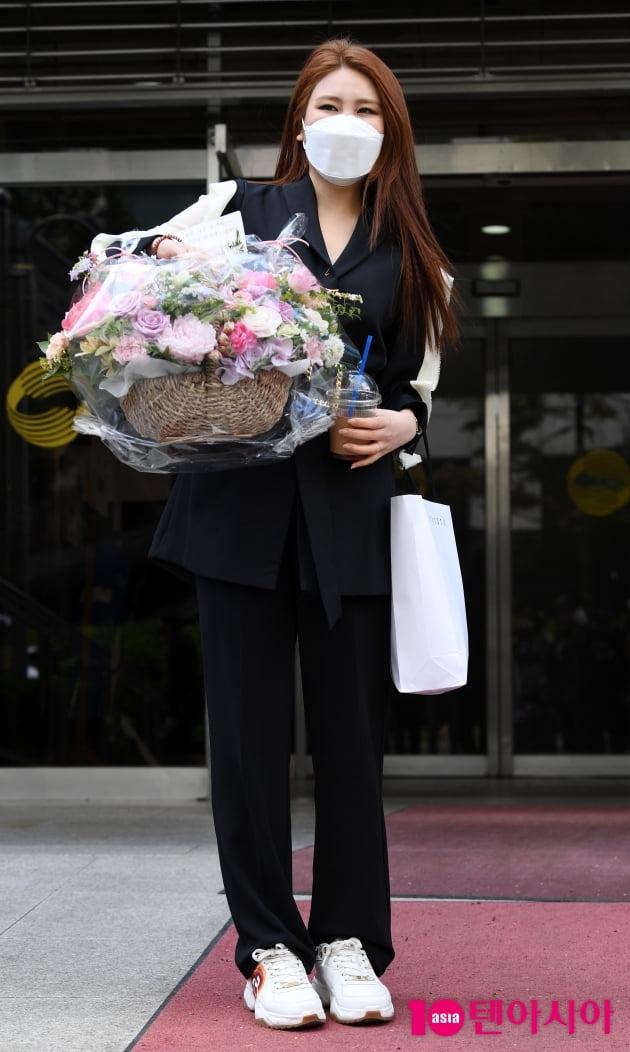[TEN 포토] 최향 '팬이 준 꽃바구니에 감동'