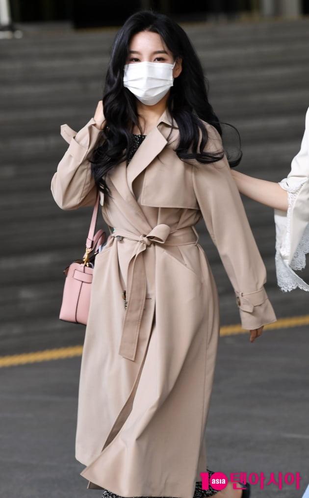 [TEN 포토] 신미래 '트랜치 코트로 멋내고 '