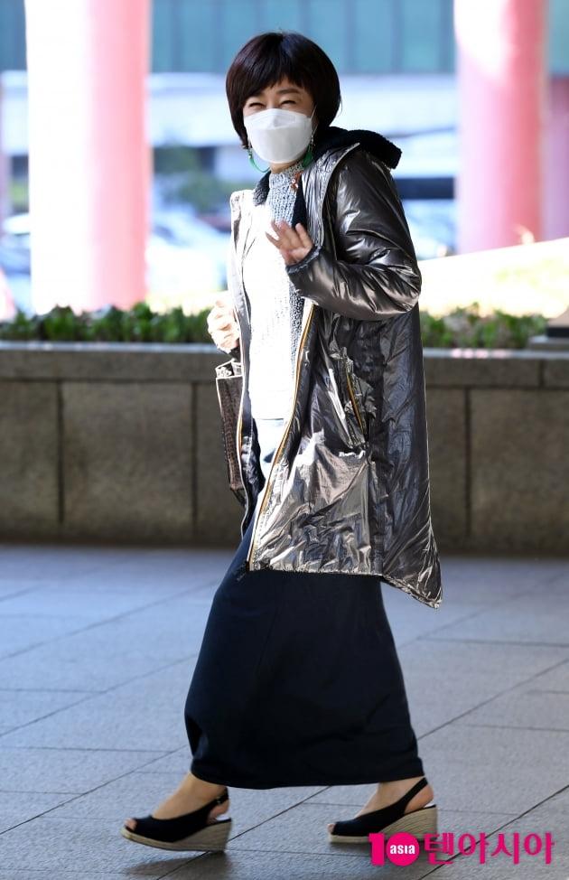 [TEN 포토] 김혜영 '패셔니스타의 화려한 퇴근길'