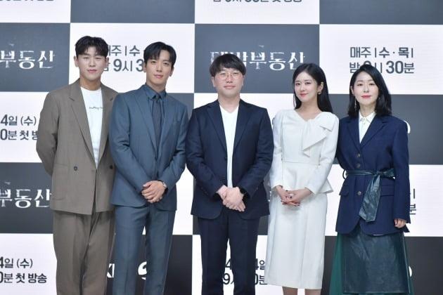 '대박부동산' 강홍석(왼쪽부터), 정용화, 박준석 감독, 장나라, 강말금/ 사진=KBS2 제공