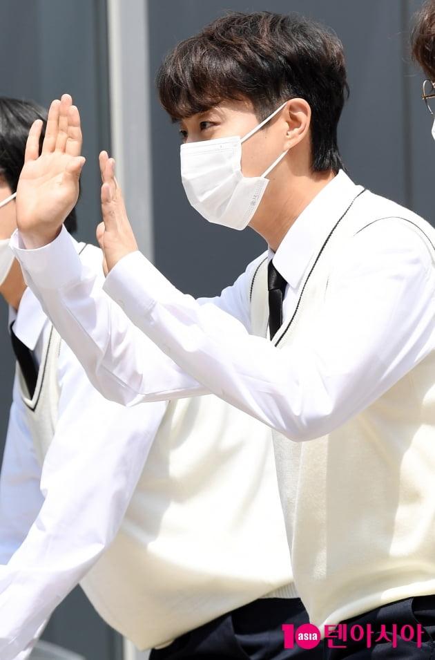 [TEN 포토] 하이라이트 윤두준 '라이트 팬클럽에게 달콤눈빛'