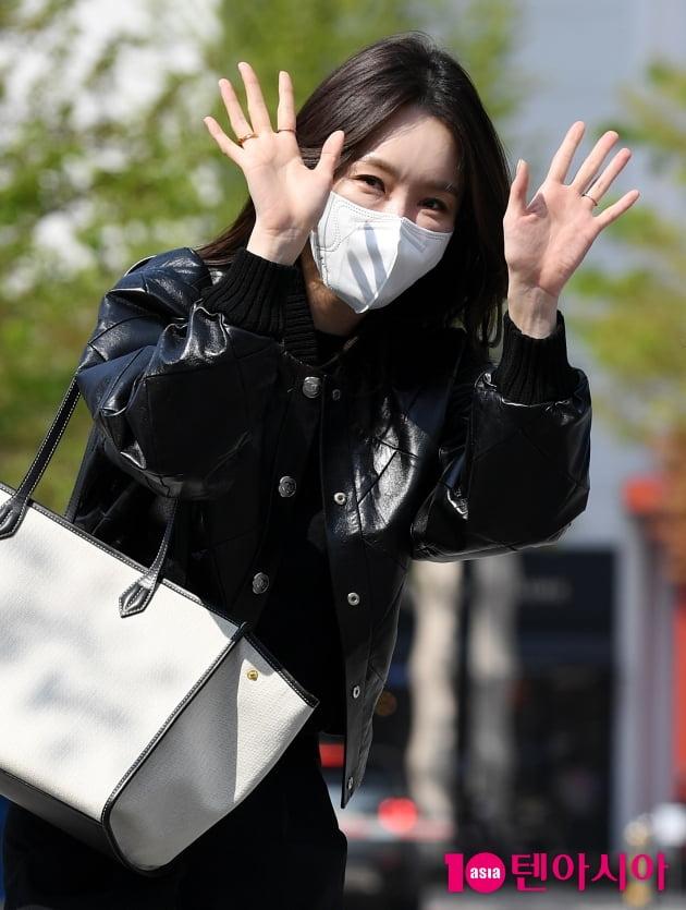 [TEN 포토] 다비치 강민경 '청순미 뿌리는 인사'