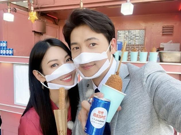 김소연♥이상우, 커플 '입 투명 마스크'…꿀 떨어지는 광고 촬영장