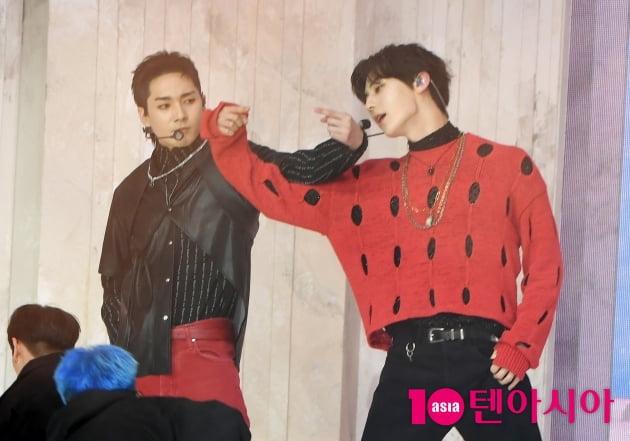 [TEN 포토] 뉴이스트 아론-민현 '매력 넘치는 유닛댄스'