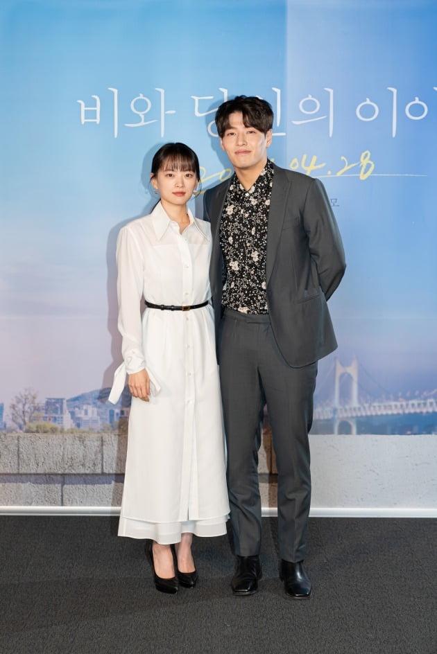 배우 천우희(왼쪽), 강하늘이 20일 진행된 영화 '비와 당신의 이야기' 언론시사회에 참석했다. / 사진제공=키다리이엔티, 소니 픽쳐스