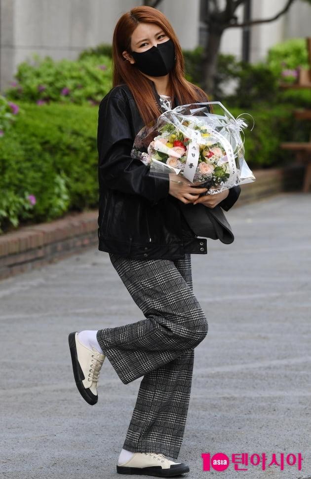 [TEN 포토] 최향 '팬클럽에서 꽃바구니 받았어요'