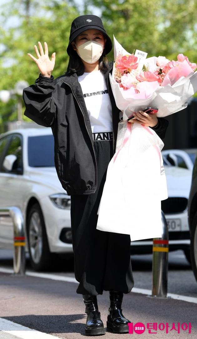 [TEN 포토] 송가인 '꽃에 묻힌 힙합패션'