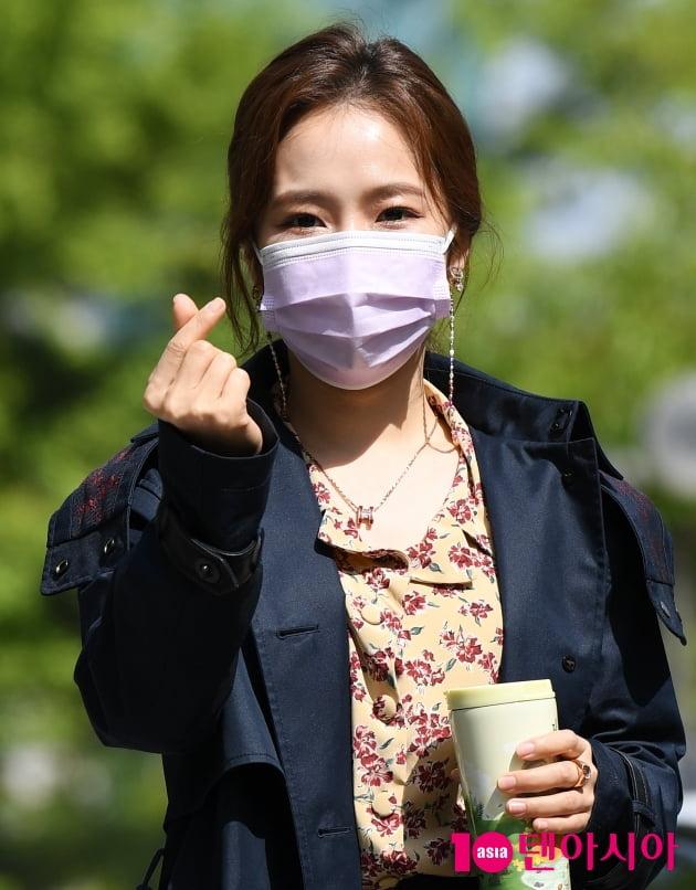 [TEN 포토] 홍자 '하트 선물 받아요'