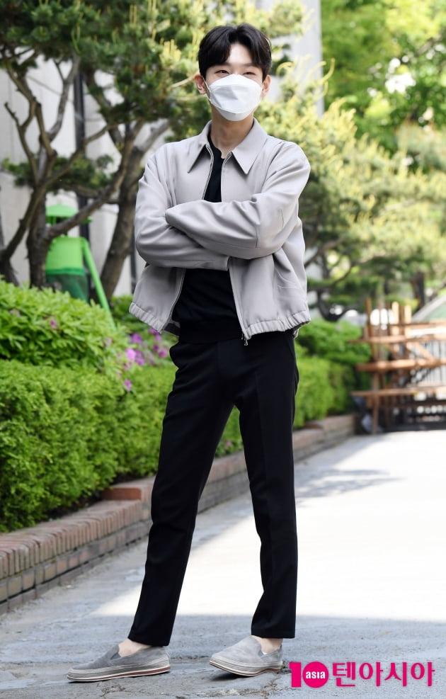 [TEN 포토] 김용빈 '멋스러운 포즈로 포토타임'