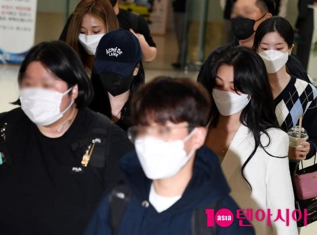 [TEN 포토] 트와이스 쯔위-미나-지효-다현 '특급경호 받으며 공항 도착'