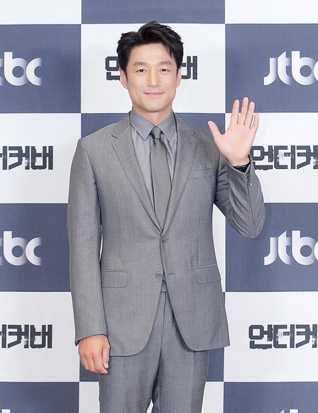 배우 지진희가 22일 오후 온라인 생중계된 JTBC 새 금토드라마 '언더커버' 제작발표회에 참석했다. /사진제공=JTBC