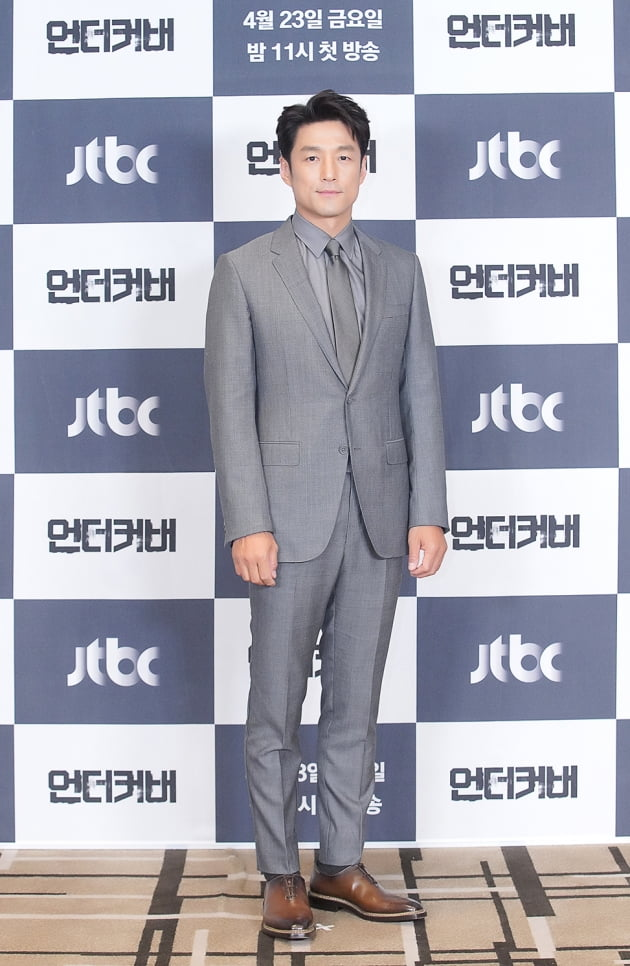 지진희는 '언더커버'에서 자신의 정체를 숨기고 살아온 안기부 요원 한정현 역을 맡았다. /사진제공=JTBC