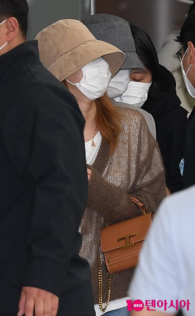 [TEN 포토] 트와이스 사나-모모 '공항에 갇혔어요'