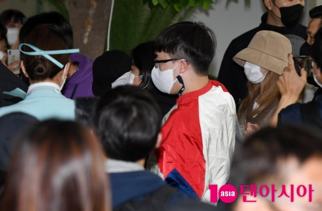 [TEN 포토] 트와이스 나연-모모-사나 '관광객에 둘러싸여'