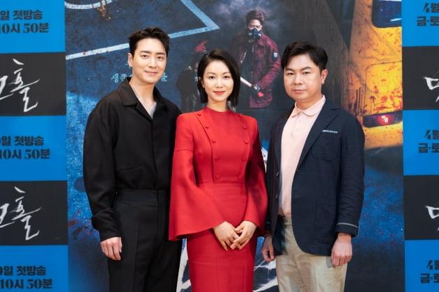 이준혁(왼쪽부터), 김옥빈, 임원희가 '다크홀' 온라인 제작발표회에 참석해 포즈를 취하고 있다. /사진제공=OCN