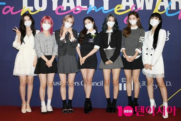 '2021 브랜드 고객충성도 대상' 여자아이돌 부문을 수상한 그룹 오마이걸 / 이승현 기자 lsh87@
