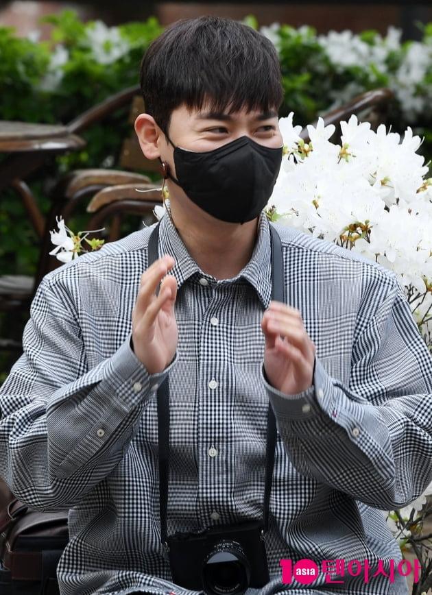 [TEN 포토] 라포엠 유채훈 '꽃받침이요 당황'