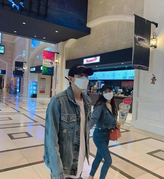'17살 연상연하' 미나♥류필립, 청청패션 커플룩…동갑인줄 [TEN★]