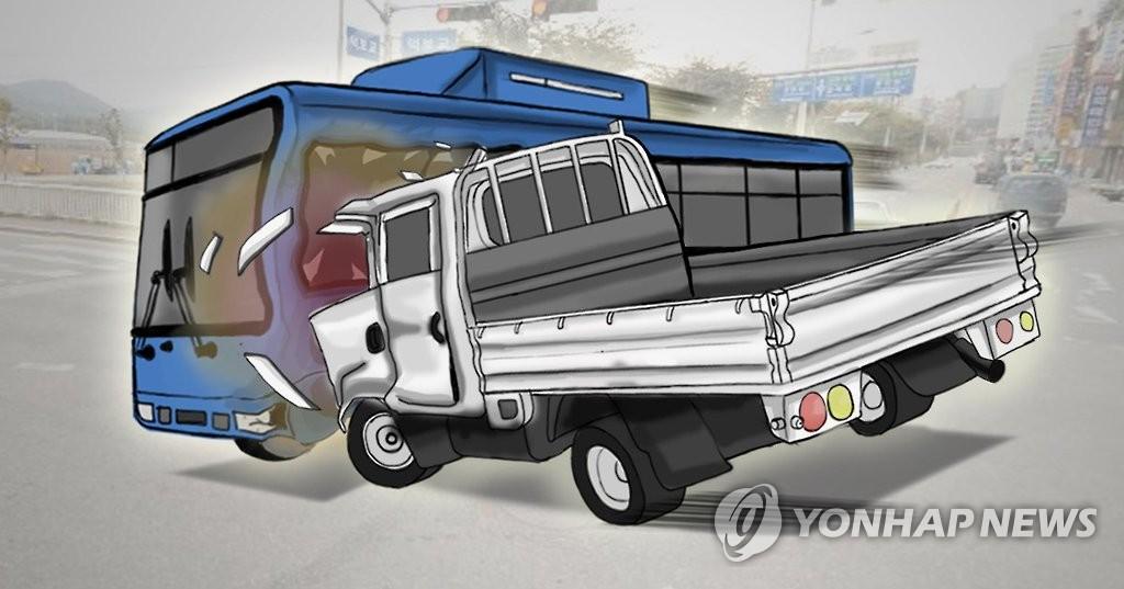제주서 버스·트럭 4중 충돌…50여명 중경상