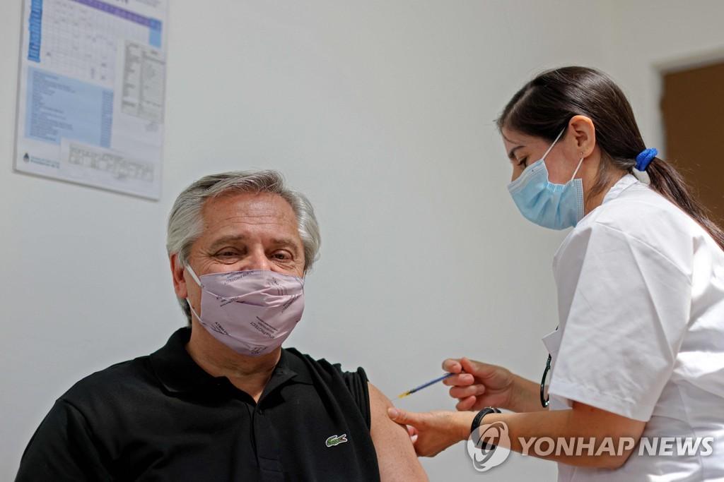 푸틴, 러 백신 맞고도 코로나19 걸린 아르헨 대통령에 전화