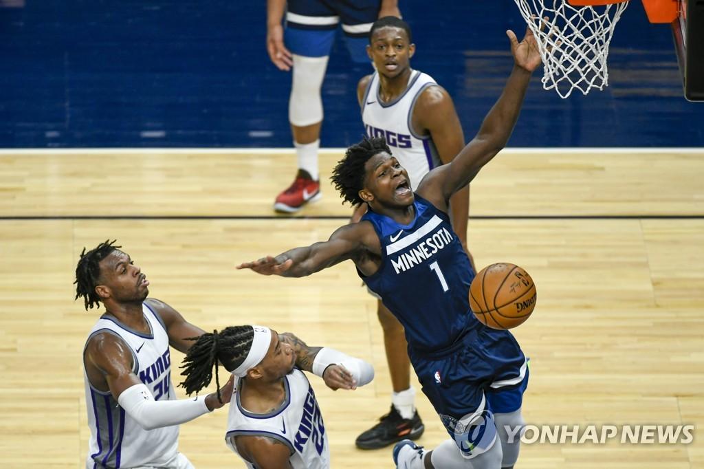 NBA 미네소타 1순위 신인 에드워즈 19점…'신인왕 보인다'