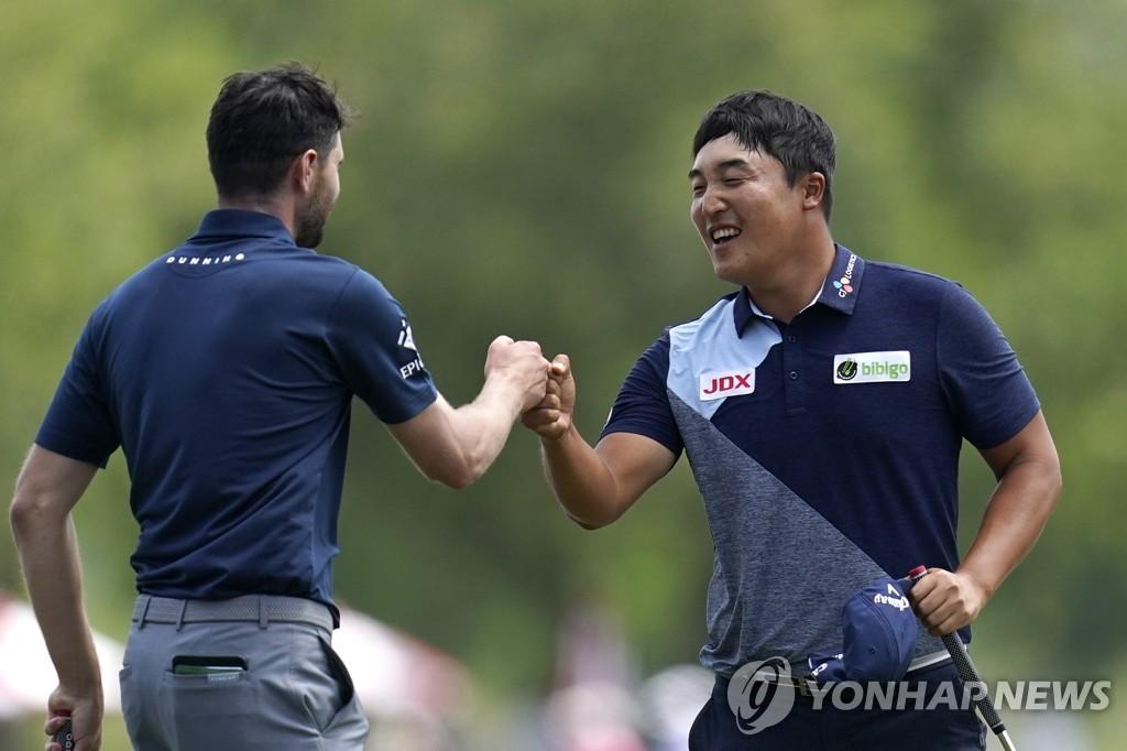 이경훈 '팀플레이' PGA 취리히 클래식 3R 공동 9위로