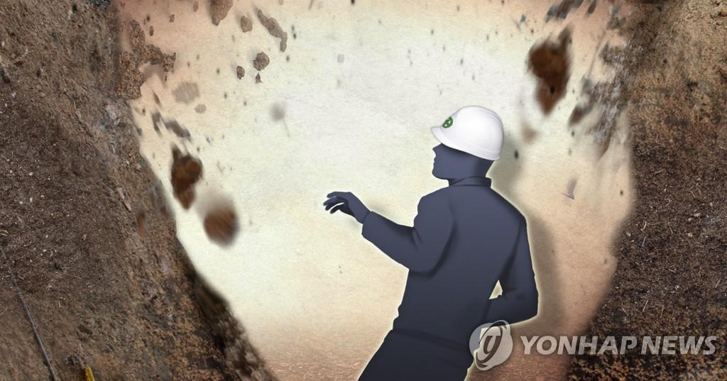 인천 공사장서 25t 덤프트럭 전복…30대 근로자 숨져