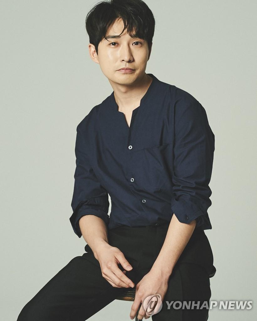 배우 류덕환, 8년 연애 끝에 결혼식 올린다