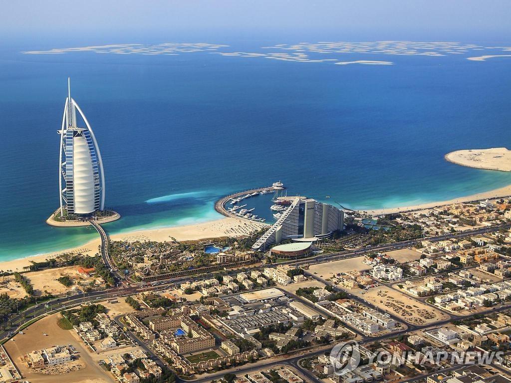 두바이 발코니 누드촬영으로 체포된 모델들 '추방'…징역은 면해