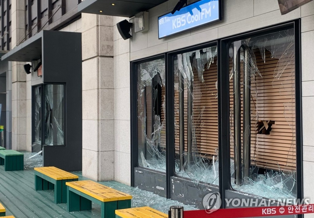 'KBS 곡괭이 난동' 40대, 2심도 징역 1년 6개월