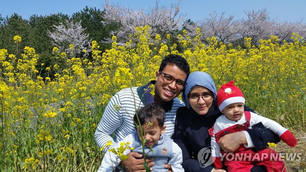 """제주 예멘 난민 """"행복한 韓 생활…고국 내전 소식에 눈물"""""""