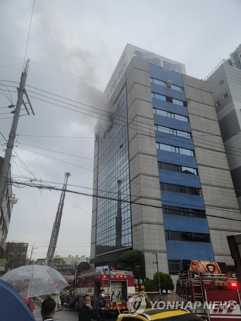 서울 동대문구 답십리 빌딩서 화재…2명 대피(종합)