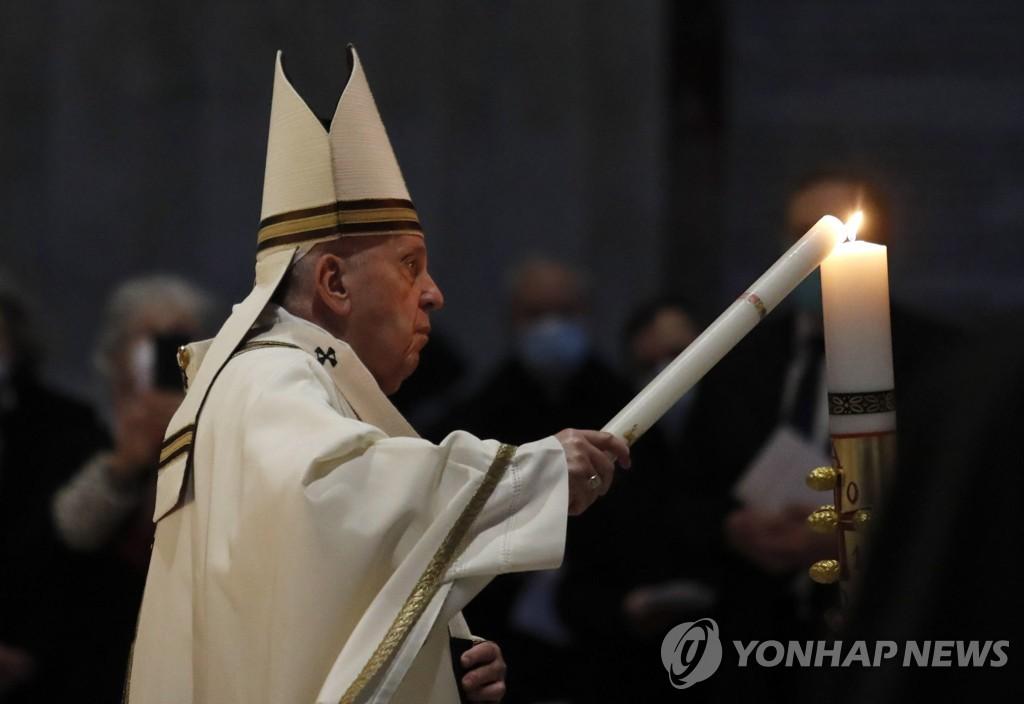 """교황, 부활 전야 미사 집례…""""팬데믹 속 희망 잃지 말자"""""""