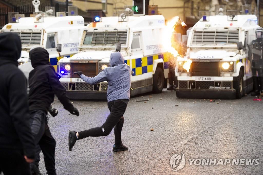 북아일랜드서 폭력시위 7일째 이어져…결국 물대포까지 등장