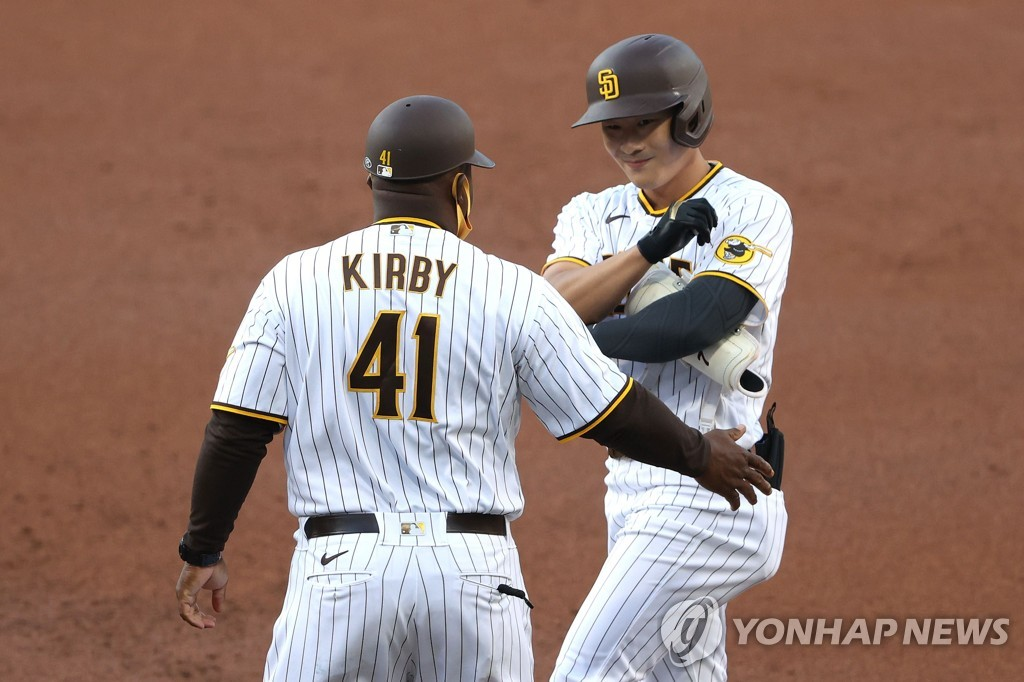 """김하성, 벅찬 MLB 첫 안타 """"부모님 앞에서 쳐서 더 기뻐"""""""