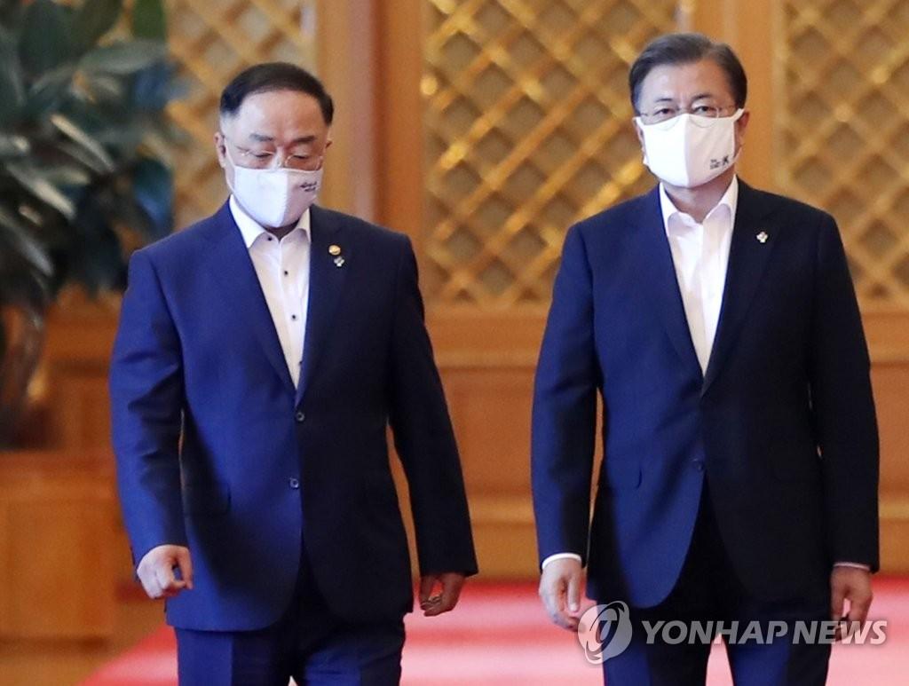 """문대통령, 홍남기에 """"車반도체, 기업간 협력 원활해지도록…"""""""