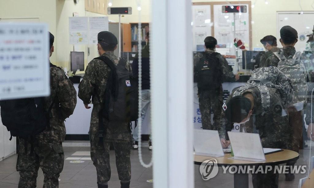 '군내 거리두기' 2단계 유지…내달까지 방역취약 부대 점검(종합)