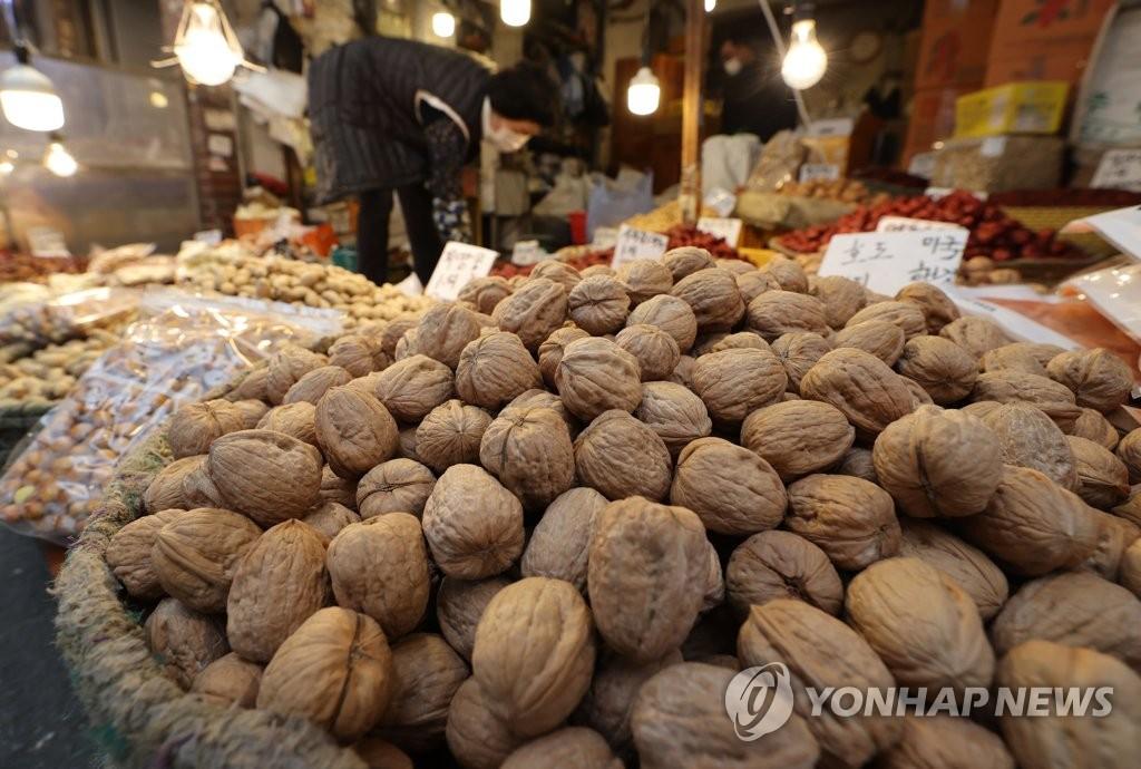 식약처, 유통기한 14개월 지난 호두 씻어 판 업체 등 6곳 적발
