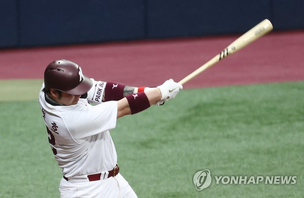 키움 박병호, 우중간 2루타로 2021년 프로야구 1호 타점