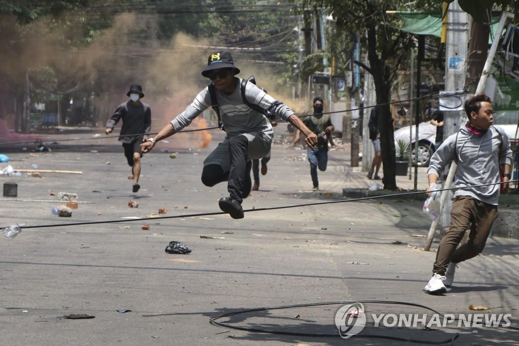 미얀마 시민들, 군경 유혈진압에 사냥총 등 사제무기로 맞서
