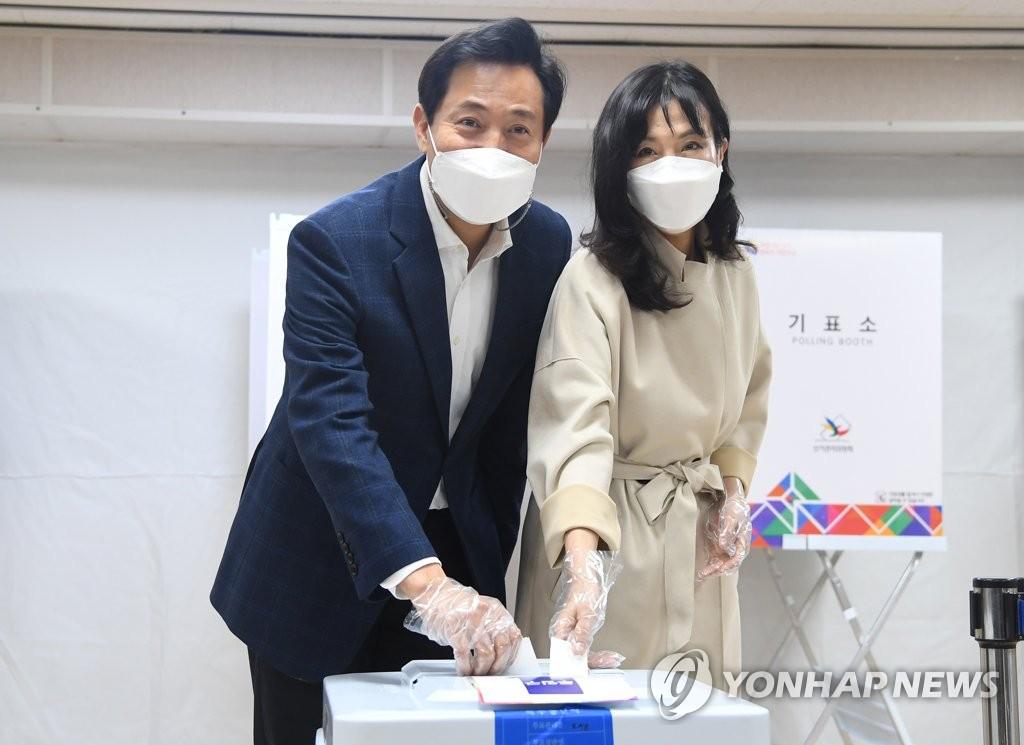 """오세훈, 부인과 사전투표…""""정부 잘못에 투표로 경고"""""""