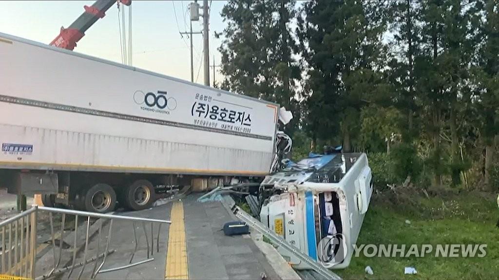 제주서 버스·트럭 4중 추돌…3명 사망·50여명 부상(종합2보)