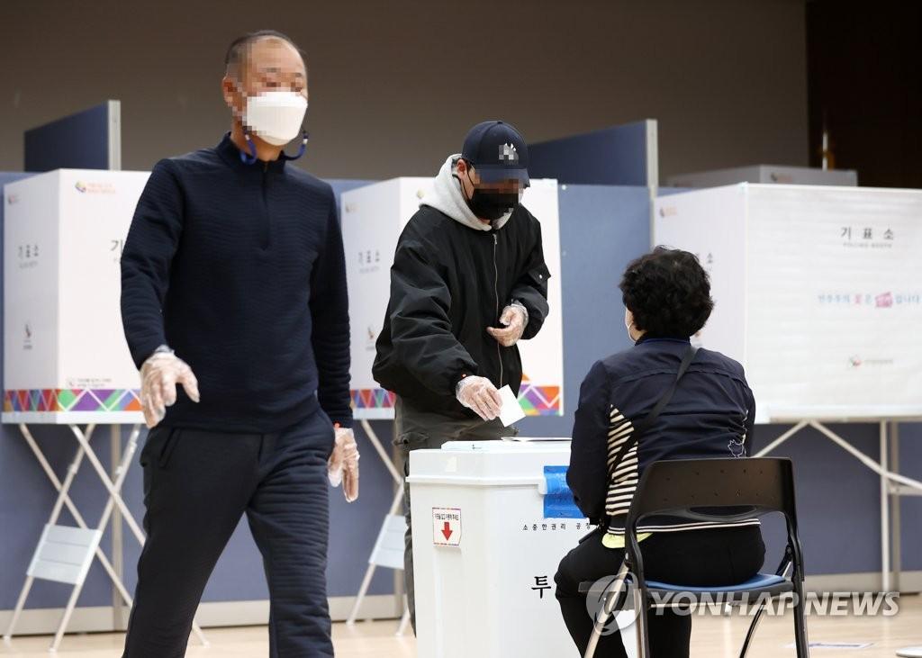 """이른 아침부터 재보선 투표 열기…""""눈 뜨자마자 왔어요"""""""