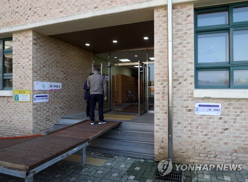 울산 재보선 유권자들, 출퇴근길 소중한 '한 표'…투표율은 저조(종합)