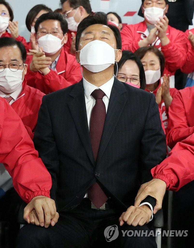 野, '압승' 출구조사에 환호…눈시울 붉힌 오세훈(종합)