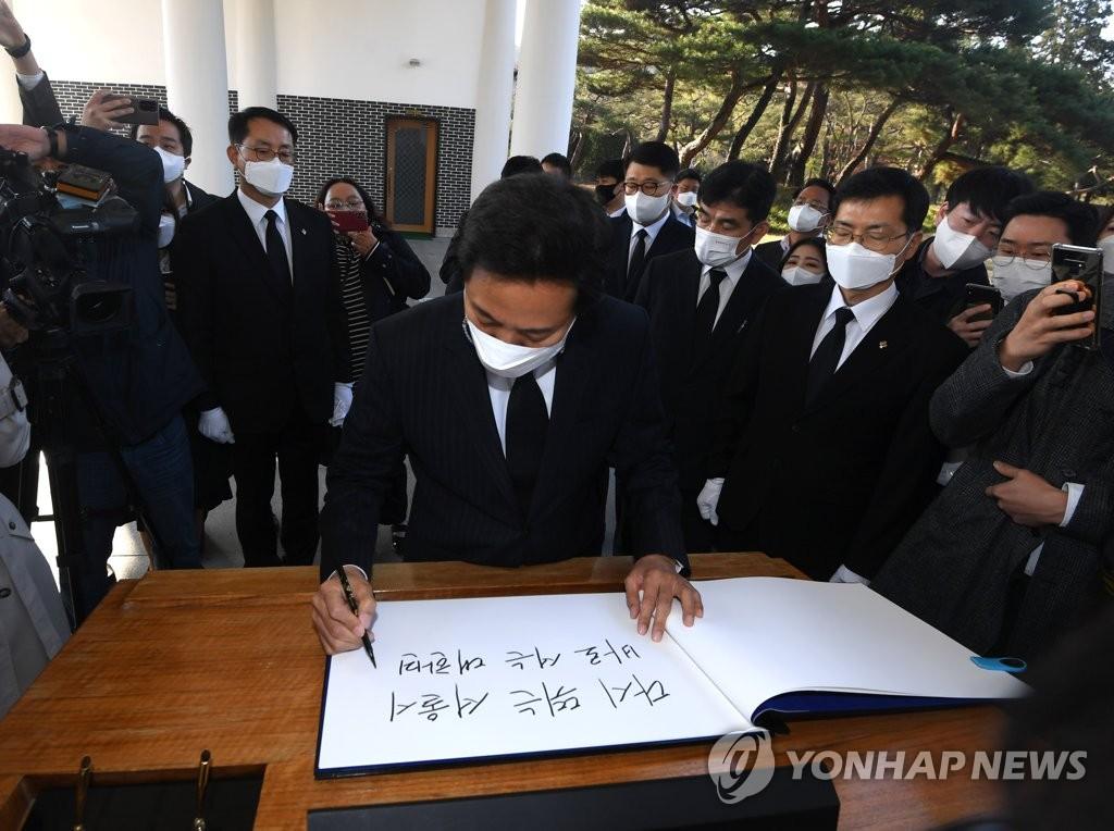 """'첫 출근' 오세훈 """"오늘부터 서울시는 다시 뛸 것"""""""